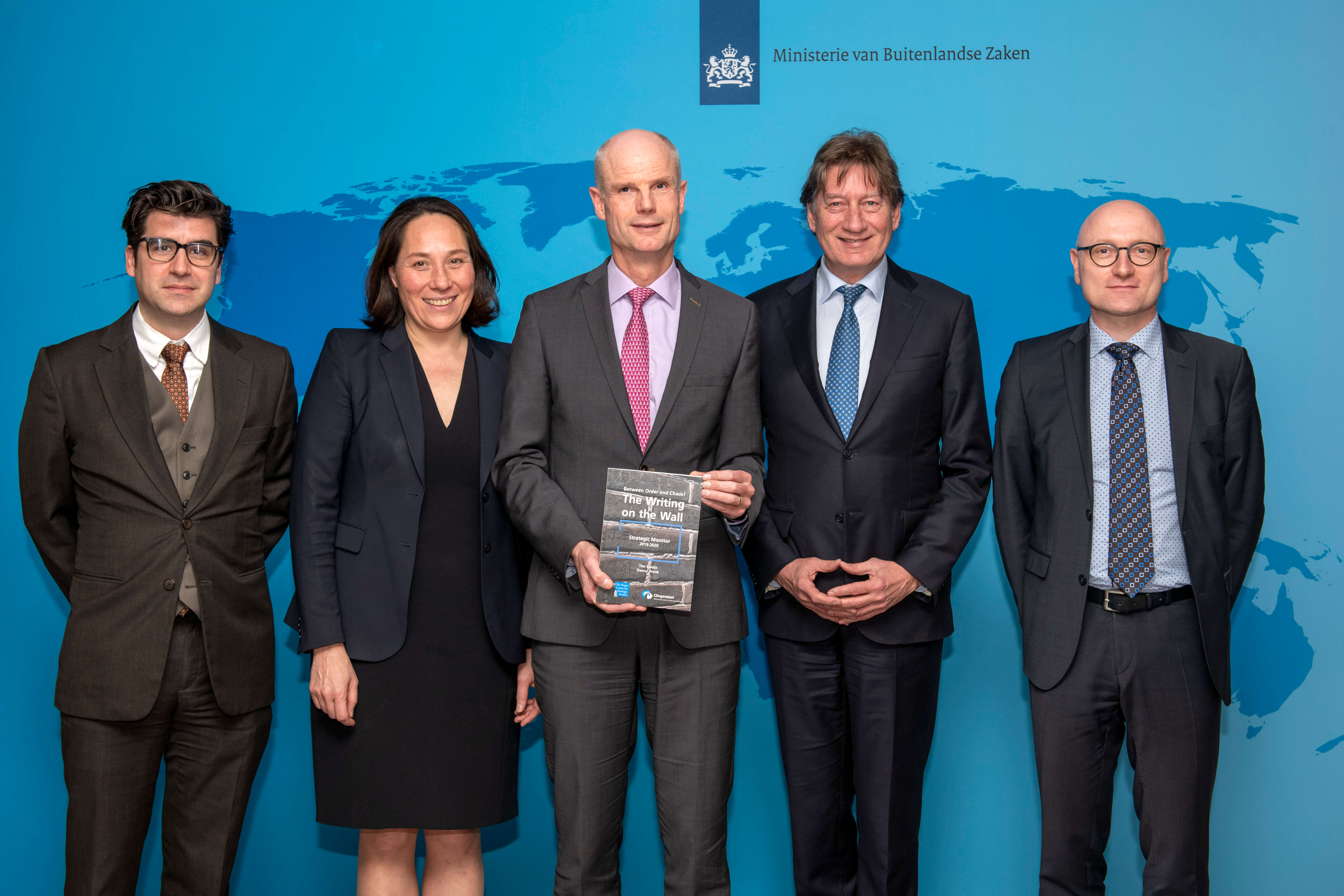 Monika Sie and Danny Pronk present the Strategic Monitor to Minister Blok