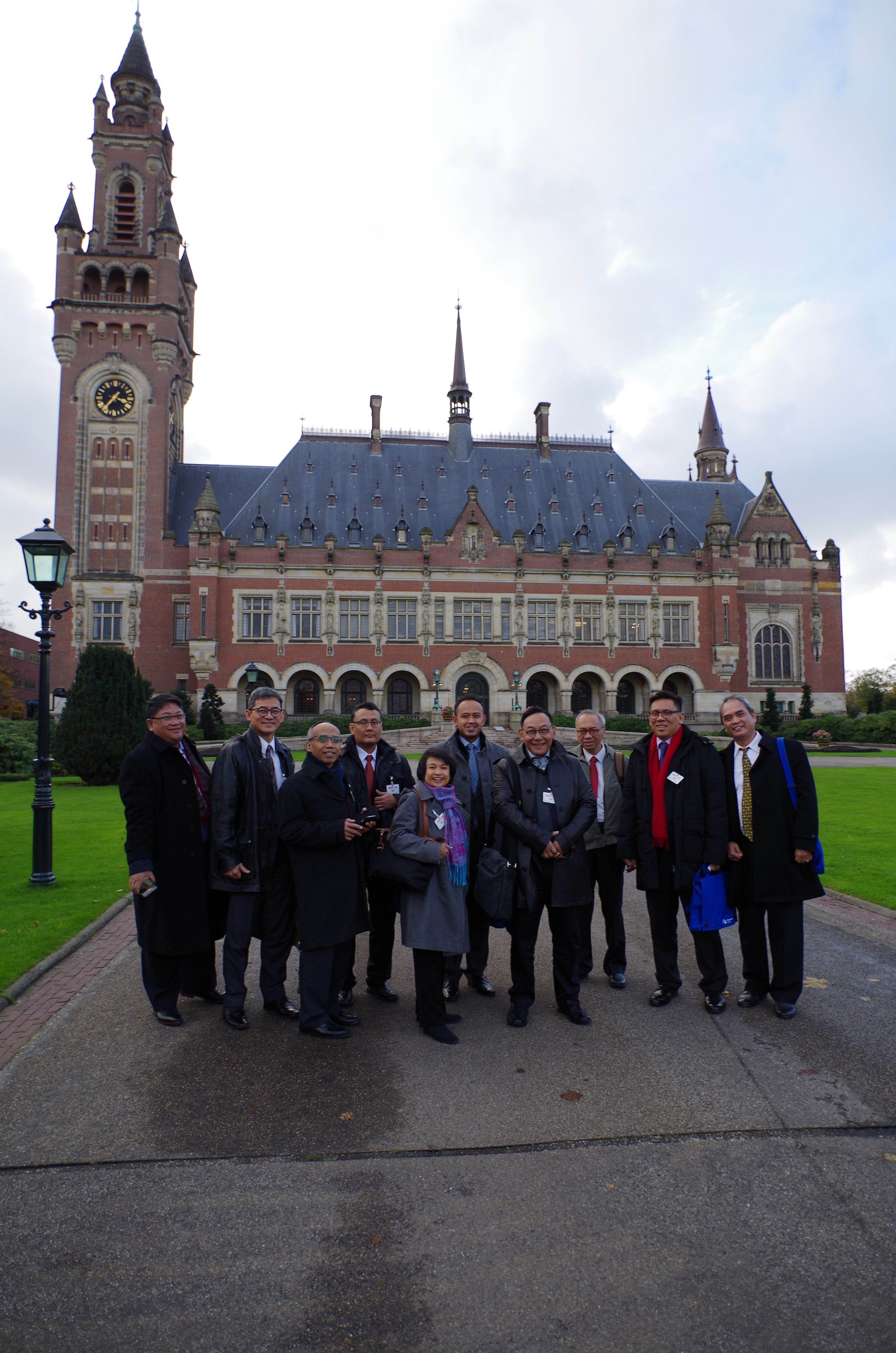 Participants in front of the Peace Palace