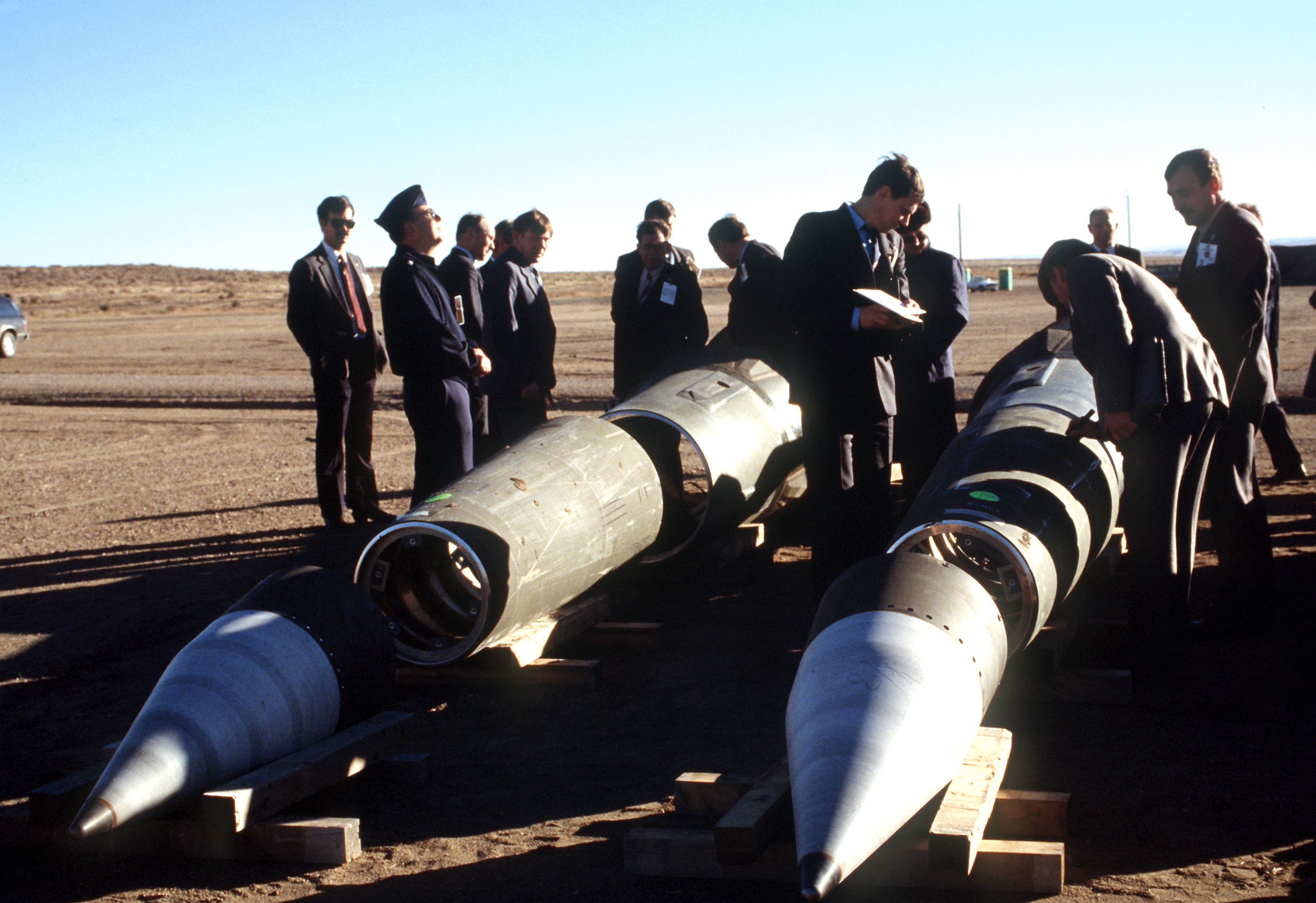 Sovjet inspectors inspecting the Pershing II missiles in 1989 under supervision of Americans as part of the INF-Treaty